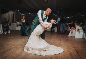 Ilustrasi pernikahan indoor. Foto: https://unsplash.com/@luwadlinbosman